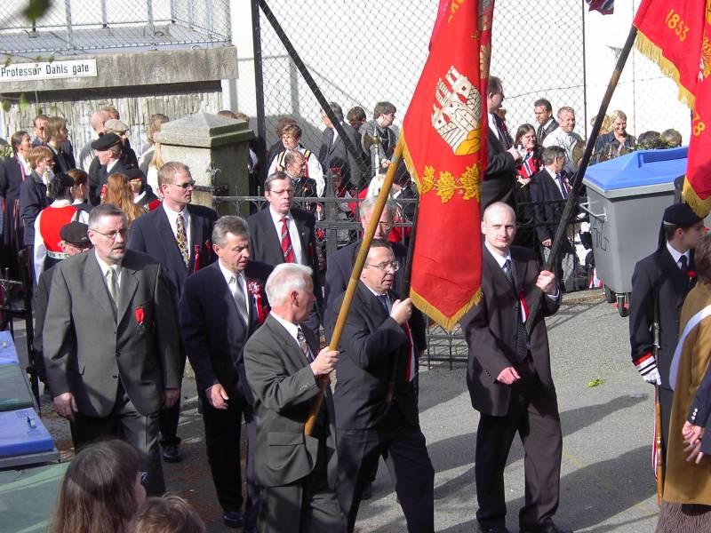 Gamlekarene til Skutevikens Buekorps marsjerer inn på Krohnengen skole