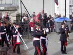 Skutevikens Buekorps marsjerer inn på Krohnengen skole