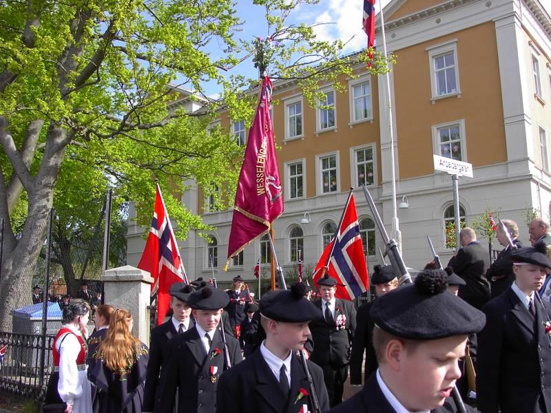 Wesselengens Bataljon marsjerer ut fra Krohnengen skole