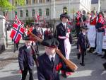 Skutevikens Buekorps marsjerer ut fra Krohnengen skole