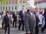 Gamlekarer og Damegarden til Skutevikens Buekorps marsjerer ut fra Krohnengen skole