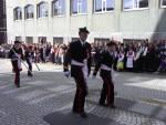 Skutevikens Buekorps marsjerer forbi Hovedbrannstasjonen