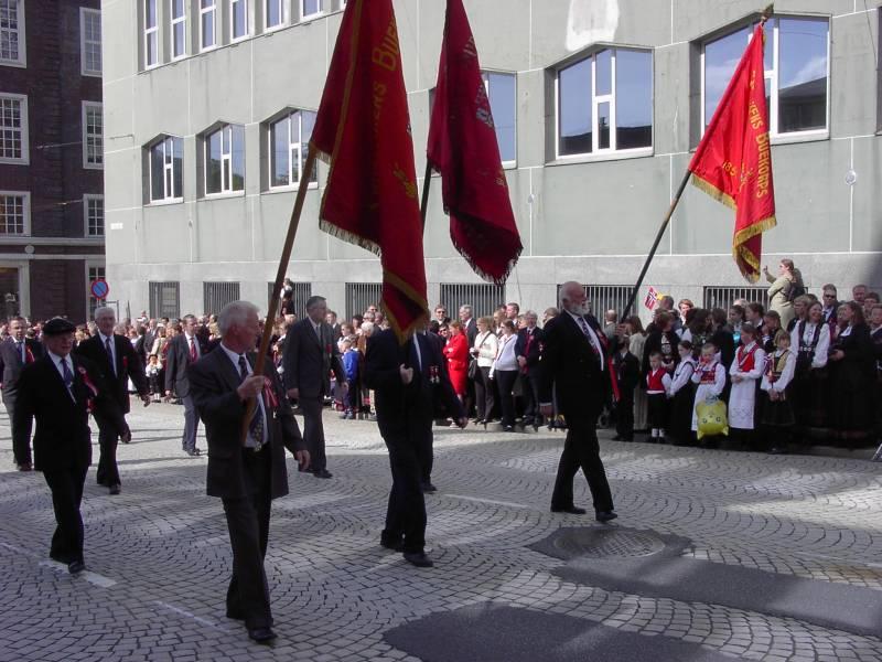 Gamlekarene til Skutevikens Buekorps marsjerer forbi Hovedbrannstasjonen