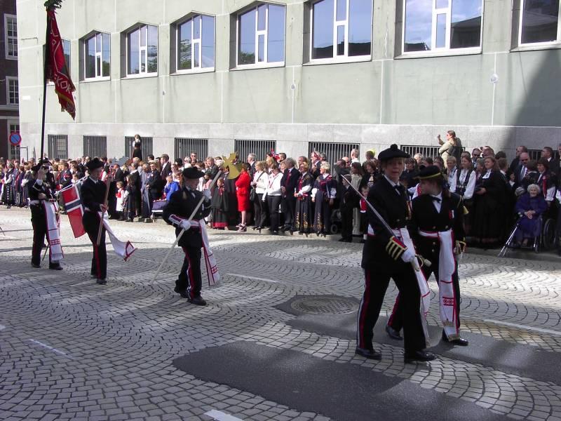 Lungegaardens Buekorps marsjerer forbi Hovedbrannstasjonen