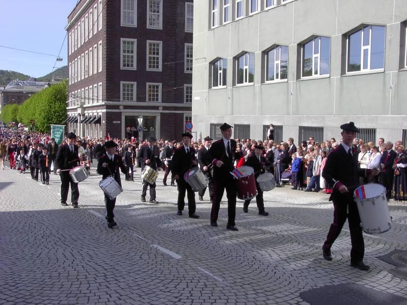 Markens Bataljon marsjerer forbi Hovedbrannstasjonen