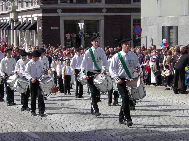Løvstakkens Jægerkorps marsjerer forbi Hovedbrannstasjonen