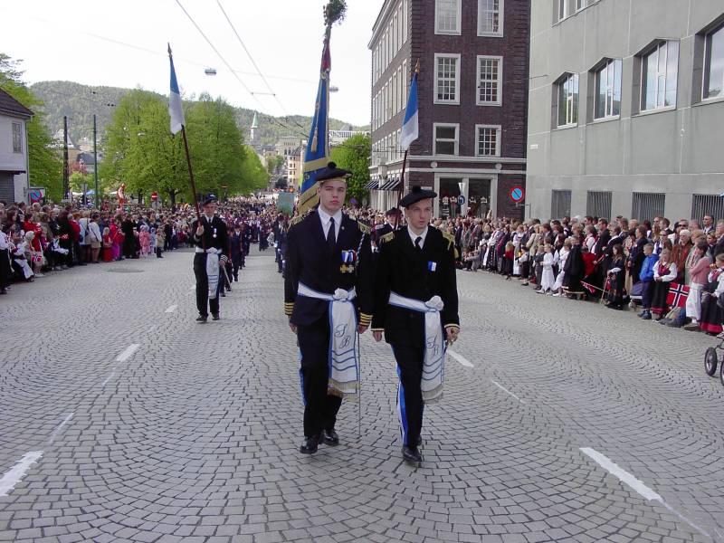 Sydnæs Bataljon marsjerer forbi Hovedbrannstasjonen