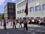 Laksevaags Bueskyttere marsjerer forbi Hovedbrannstasjonen