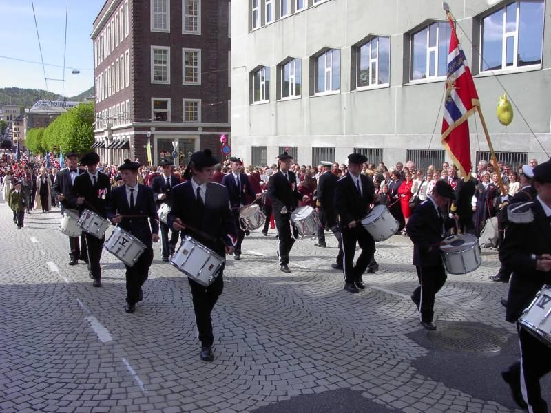 Sandvikens Bataljon marsjerer forbi Hovedbrannstasjonen