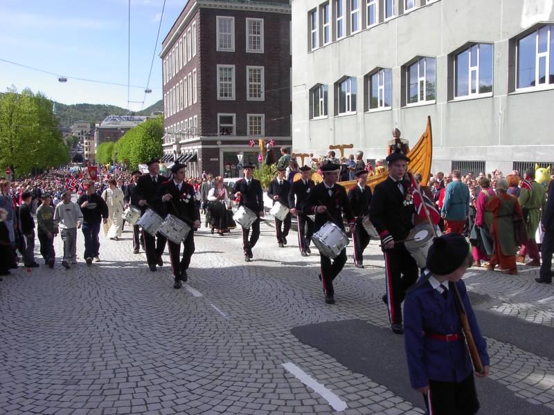 Mathismarkens Bataljon marsjerer forbi Hovedbrannstasjonen