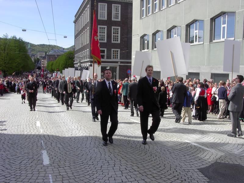 Gamlekarene til Wesselengens Bataljon marsjerer forbi Hovedbrannstasjonen