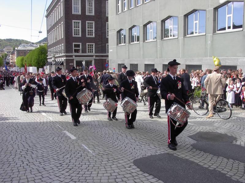 Wesselengens Bataljon marsjerer forbi Hovedbrannstasjonen