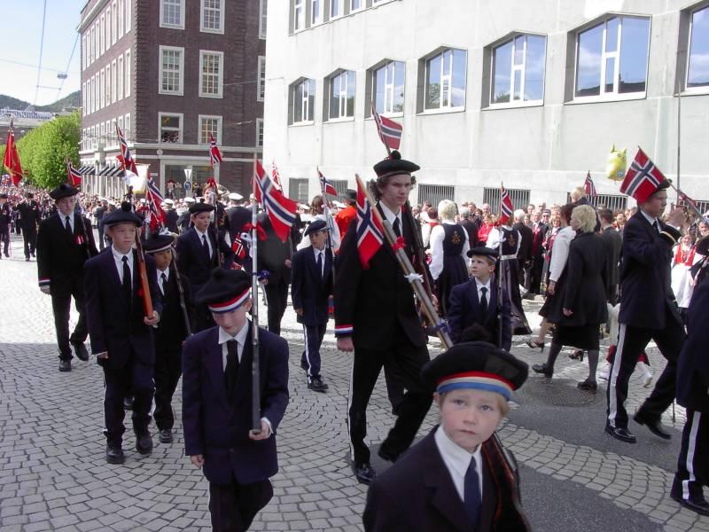 Nordnæs Bataillon marsjerer forbi Hovedbrannstasjonen
