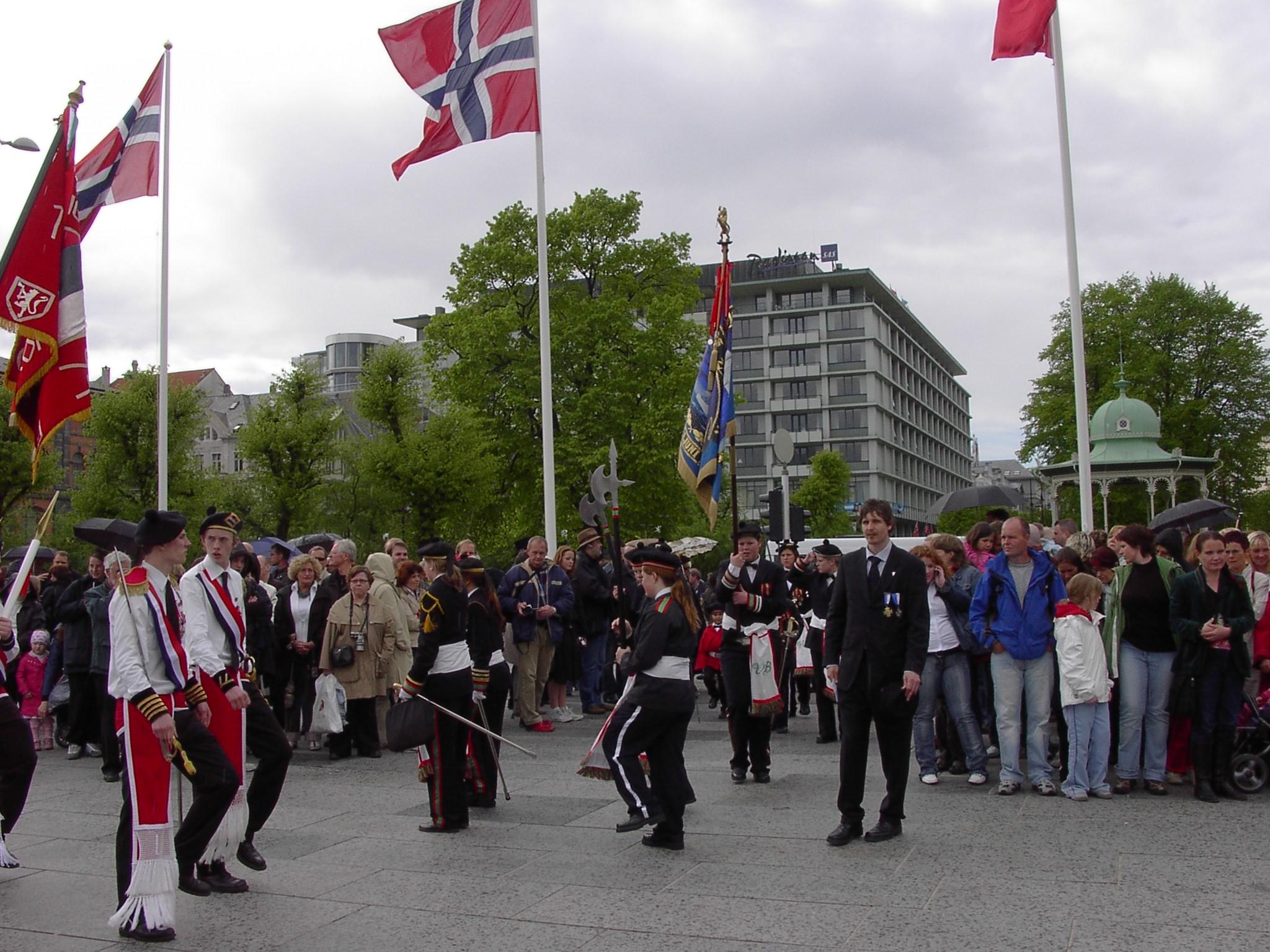 Vågens marsjerer inn på Festplassen