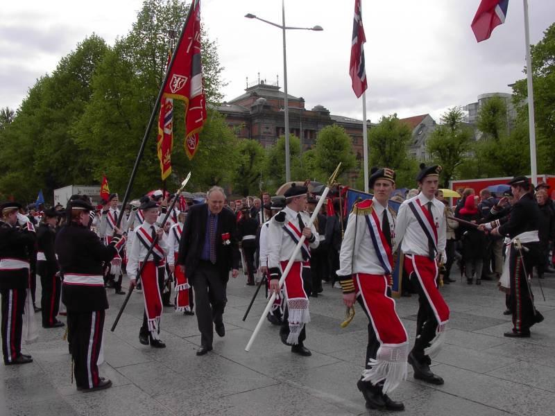 Laksevågs Bueskyttere marsjerer inn på Festplassen