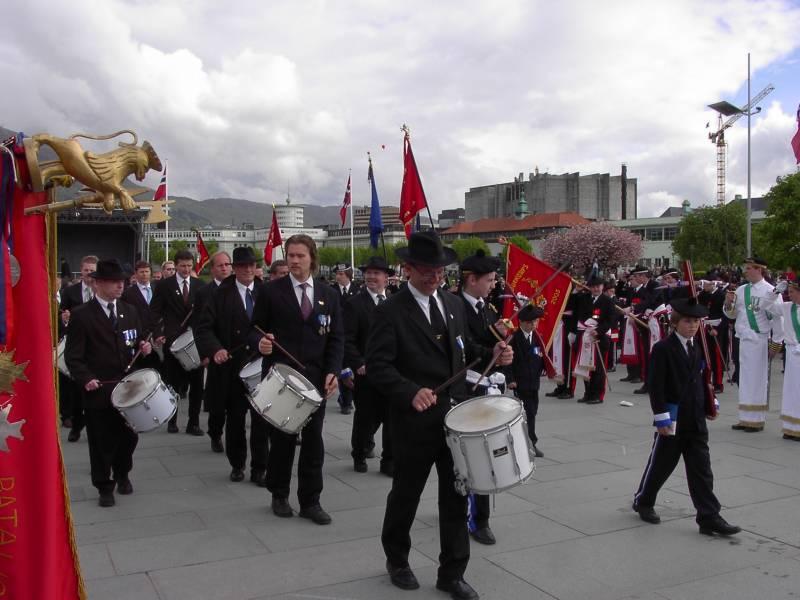 Nygaards' Gamlekarer marsjerer ut av Festplassen