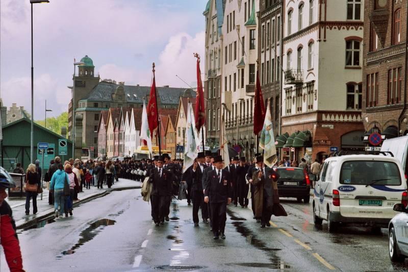 Gamlekarene marsjerer langs Bryggen