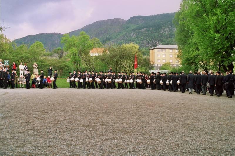 Gamlekarene marsjerer på Bergenhus