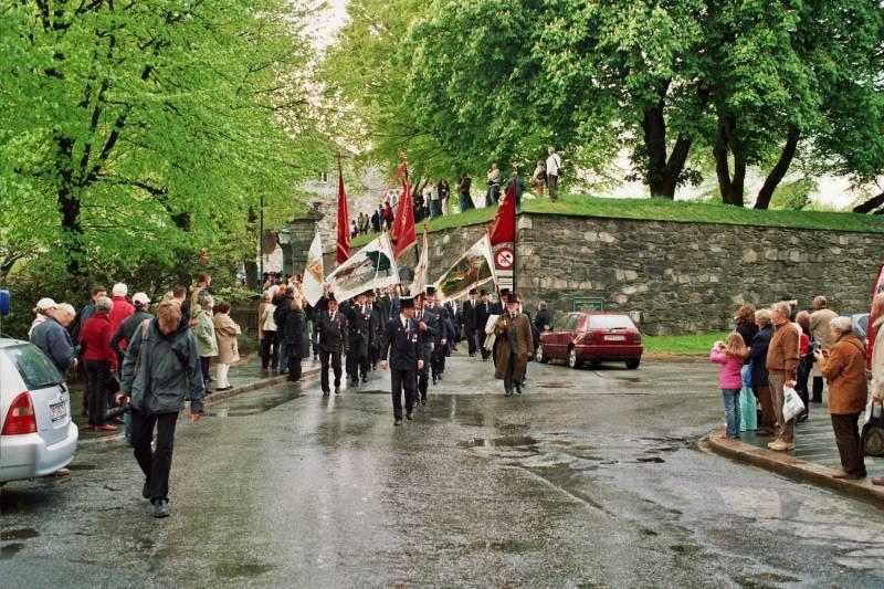 Gamlekarene i spissen for marsjen til Festplassen